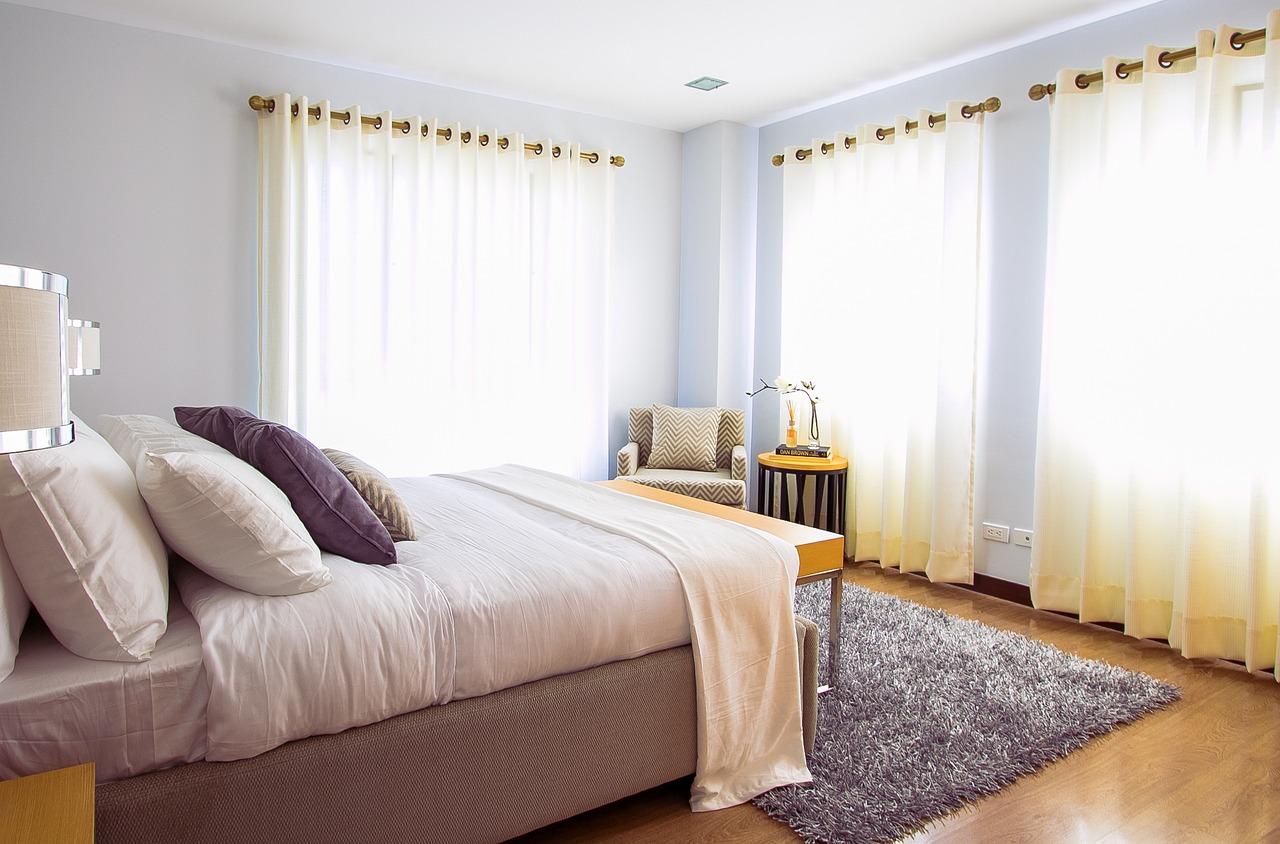 cortinas blancas para aliviar el calor