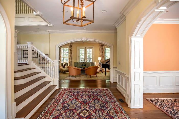entrée et couloir avec grand tapis