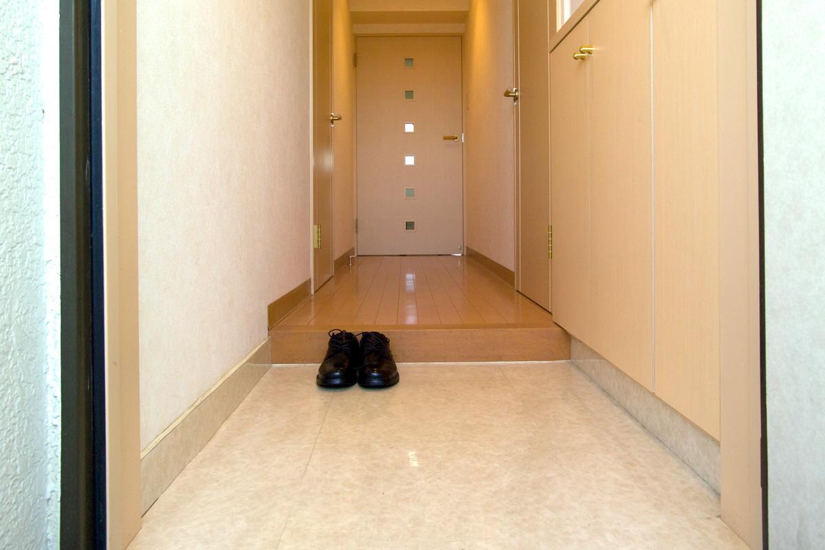 Genkan de entrada para dejar los zapatos y que los invitados se descalcen