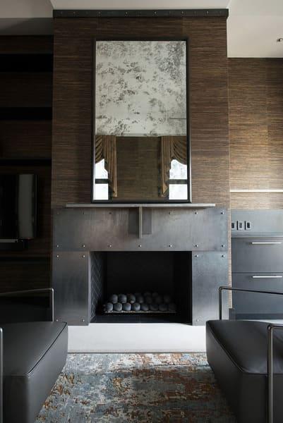 décoration de style industriel avec tapis et cheminée