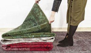 mujer con alfombra vintage de alfombras hamid