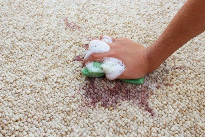 mancha de vino en alfombra