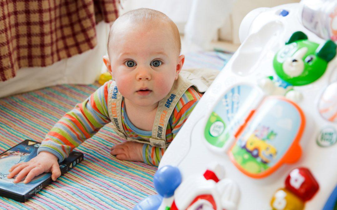 ¿Es saludable que mis hijos jueguen en la alfombra?